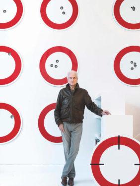 Portrait de Jean Pierre Raynaud à la galerie Laurent Strouk, 2021.