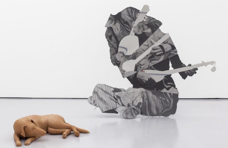 À gauche: Chiens sans maître (III), 2019, céramique, 66 x 49 x 18 cm À droite: El Graduado, 2019, Crayon sur inox poli-miroir, acier, 122 x 140 x 30 cm