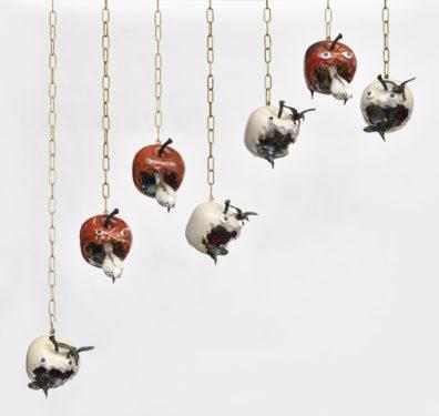Pommes d'amours, pommes fatales, 2020, 10 ex-ed unique,18 x 13 x 17 cm, grés émaillé, lustre or et platine, oeil de verre, chaîne en laiton © Rebecca Fanuele