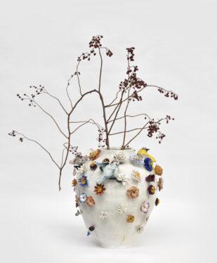 Vase aux fleurs des pois, 2020, 38 x 38 cm, grés émaillé, oeil de verre © Rebecca Fanuele